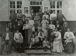 Familie sammenkomst hos familien Bay på Pile Mølle, ca. 1908.